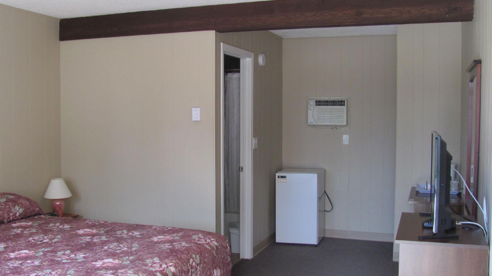 Single Queen Room.