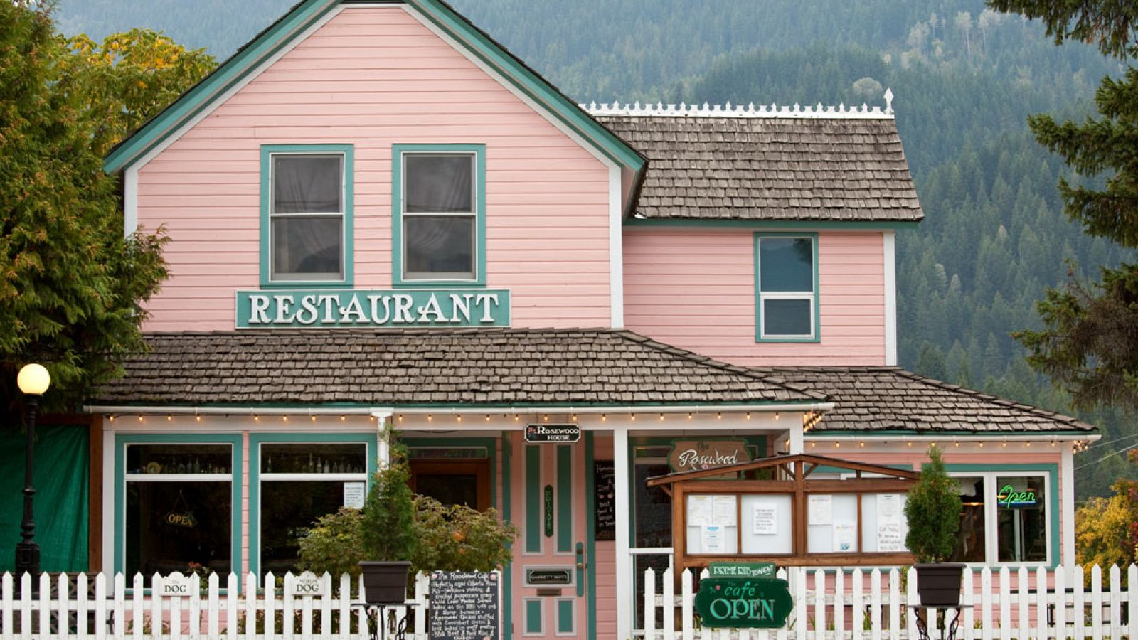 The village of Kaslo offers a number of dining options.
